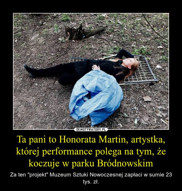 """Ta pani to Honorata Martin, artystka, której performance polega na tym, że koczuje w parku Bródnowskim – Za ten """"projekt"""" Muzeum Sztuki Nowoczesnej zapłaci w sumie 23 tys. zł."""