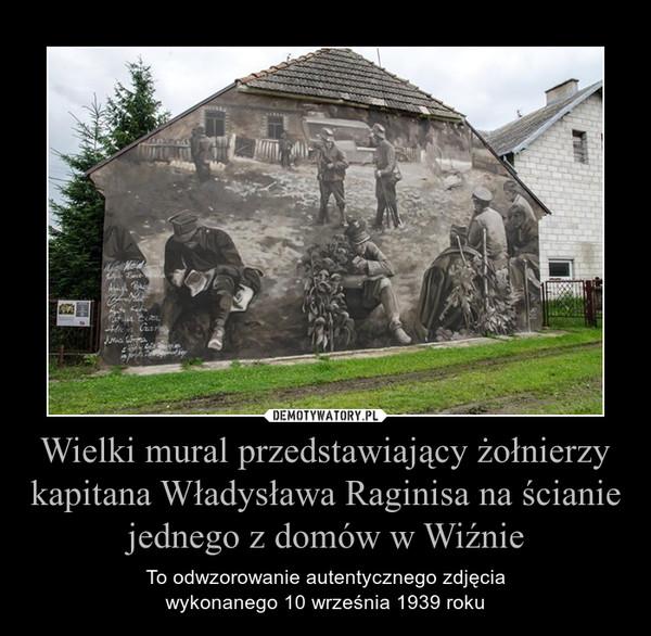 Wielki mural przedstawiający żołnierzy kapitana Władysława Raginisa na ścianie jednego z domów w Wiźnie – To odwzorowanie autentycznego zdjęciawykonanego 10 września 1939 roku