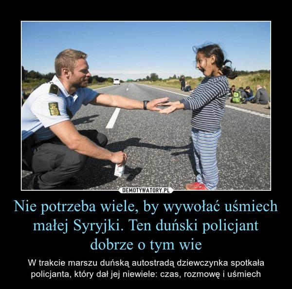 Nie potrzeba wiele, by wywołać uśmiech małej Syryjki. Ten duński policjant dobrze o tym wie – W trakcie marszu duńską autostradą dziewczynka spotkała policjanta, który dał jej niewiele: czas, rozmowę i uśmiech