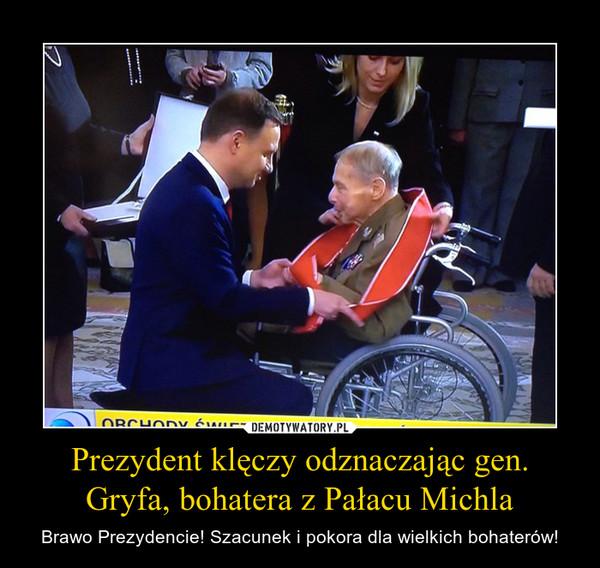 Prezydent klęczy odznaczając gen. Gryfa, bohatera z Pałacu Michla – Brawo Prezydencie! Szacunek i pokora dla wielkich bohaterów!