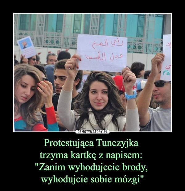 """Protestująca Tunezyjka trzyma kartkę z napisem: """"Zanim wyhodujecie brody, wyhodujcie sobie mózgi"""" –"""