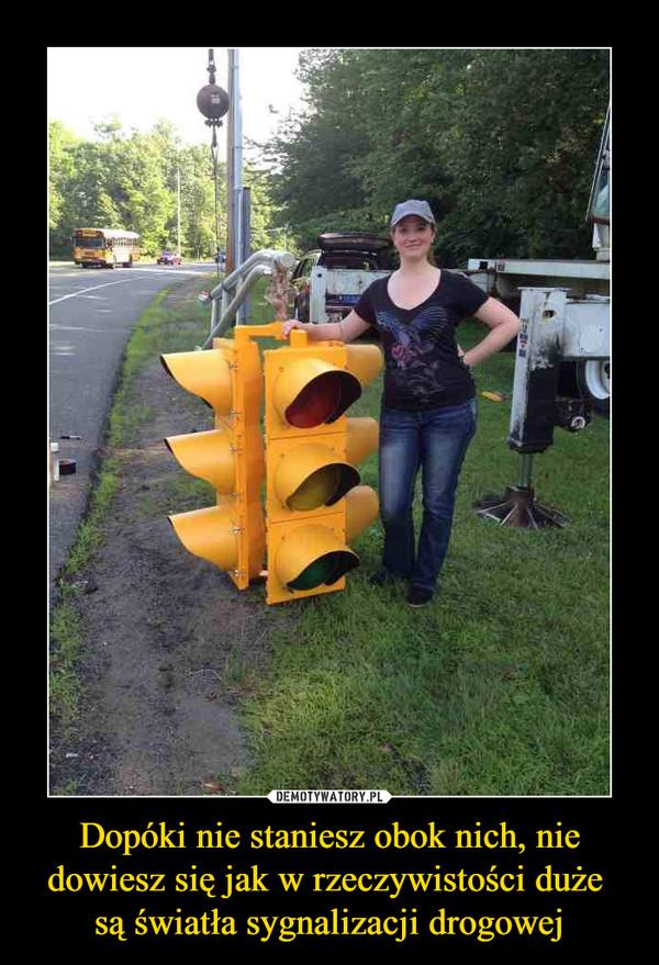 Dopóki nie staniesz obok nich, nie dowiesz się jak w rzeczywistości duże są światła sygnalizacji drogowej –