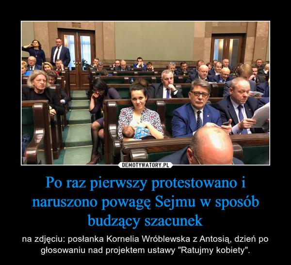 """Po raz pierwszy protestowano i naruszono powagę Sejmu w sposób budzący szacunek – na zdjęciu: posłanka Kornelia Wróblewska z Antosią, dzień po głosowaniu nad projektem ustawy """"Ratujmy kobiety""""."""