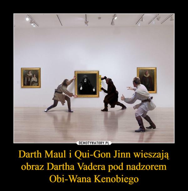 Darth Maul i Qui-Gon Jinn wieszają obraz Dartha Vadera pod nadzorem Obi-Wana Kenobiego –