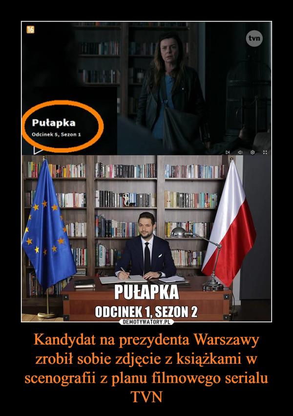 Kandydat na prezydenta Warszawy zrobił sobie zdjęcie z książkami w scenografii z planu filmowego serialu TVN –