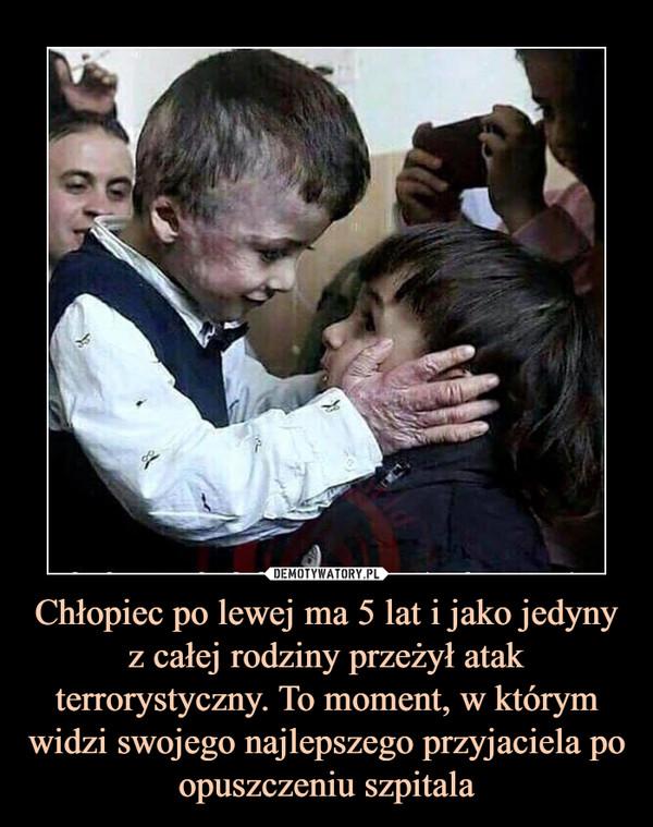 Chłopiec po lewej ma 5 lat i jako jedyny z całej rodziny przeżył atak terrorystyczny. To moment, w którym widzi swojego najlepszego przyjaciela po opuszczeniu szpitala –