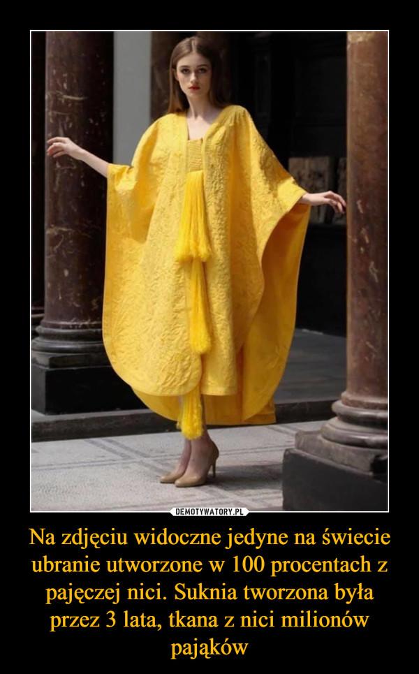 Na zdjęciu widoczne jedyne na świecie ubranie utworzone w 100 procentach z pajęczej nici. Suknia tworzona była przez 3 lata, tkana z nici milionów pająków –