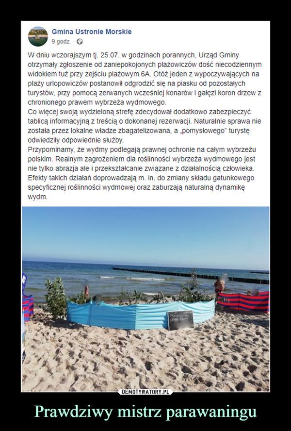 """Prawdziwy mistrz parawaningu –  Gmina Ustronie Morskie9 godz. · W dniu wczorajszym tj. 25.07. w godzinach porannych, Urząd Gminy otrzymały zgłoszenie od zaniepokojonych plażowiczów dość niecodziennym widokiem tuż przy zejściu plażowym 6A. Otóż jeden z wypoczywających na plaży urlopowiczów postanowił odgrodzić się na piasku od pozostałych turystów, przy pomocą zerwanych wcześniej konarów i gałęzi koron drzew z chronionego prawem wybrzeża wydmowego. Co więcej swoją wydzieloną strefę zdecydował dodatkowo zabezpieczyć tablicą informacyjną z treścią o dokonanej rezerwacji. Naturalnie sprawa nie została przez lokalne władze zbagatelizowana, a """"pomysłowego"""" turystę odwiedziły odpowiednie służby.Przypominamy, że wydmy podlegają prawnej ochronie na całym wybrzeżu polskim. Realnym zagrożeniem dla roślinności wybrzeża wydmowego jest nie tylko abrazja ale i przekształcanie związane z działalnością człowieka. Efekty takich działań doprowadzają m. in. do zmiany składu gatunkowego specyficznej roślinności wydmowej oraz zaburzają naturalną dynamikę wydm."""