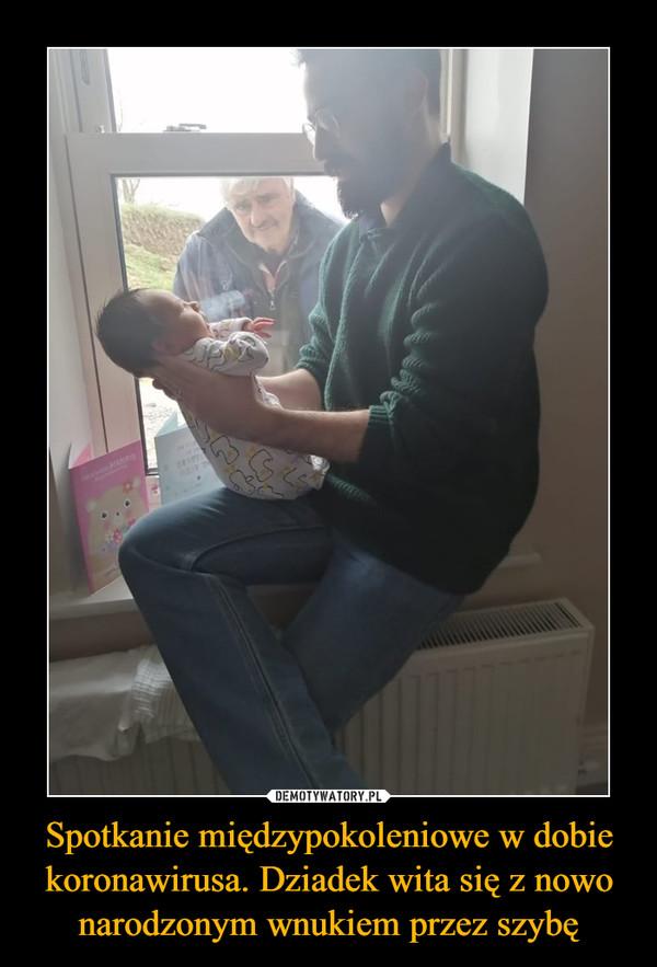 Spotkanie międzypokoleniowe w dobie koronawirusa. Dziadek wita się z nowo narodzonym wnukiem przez szybę –