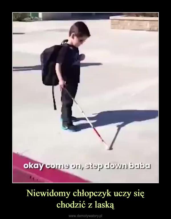 Niewidomy chłopczyk uczy sięchodzić z laską –
