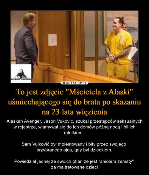"""To jest zdjęcie """"Mściciela z Alaski"""" uśmiechającego się do brata po skazaniu na 23 lata więzienia"""